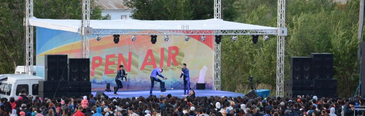 На городском пляже Кокшетау прошло яркое шоу «Open Air» в честь Международного Дня молодежи и Дня строителя